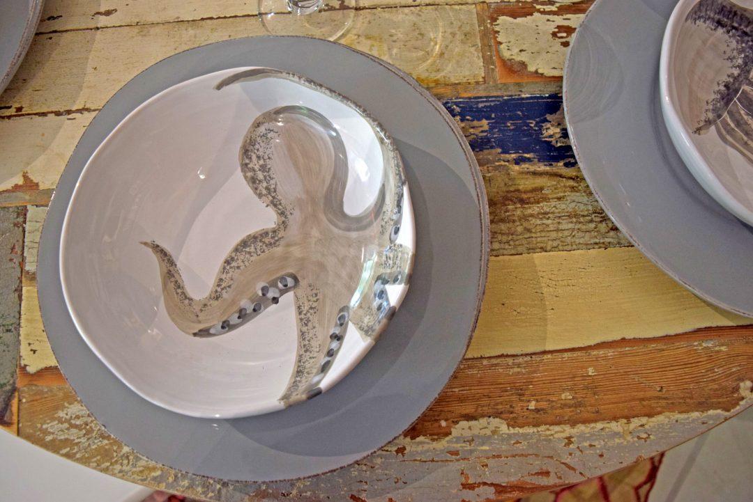 Piatti in ceramica artigianale con figura dipinti a amano polipo. Motivo marino Virginia Casa