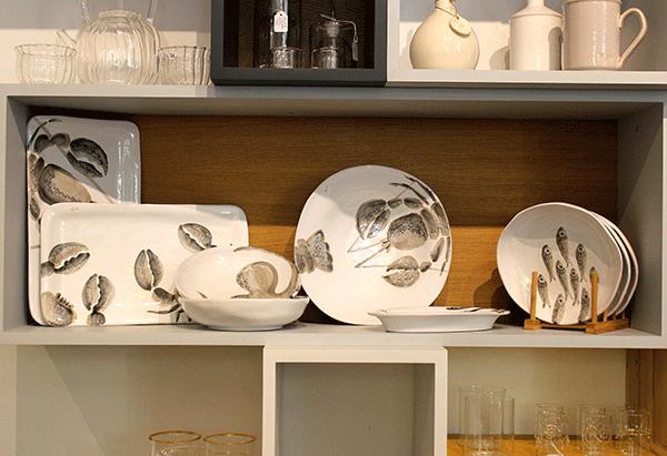 piatti vassoi bianchi con immagini marine vasi e bicchieri in vetro