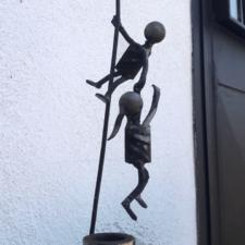 scultura in metallo due figure che ballano
