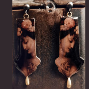 orecchini da donna pendenti con figura femminile e resina