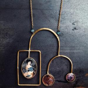 collana da donna in ottone con figura giapponese