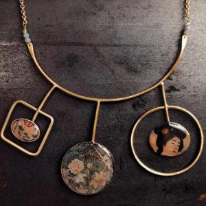 collana rigida da donna in ottone con cerchi e quadrati