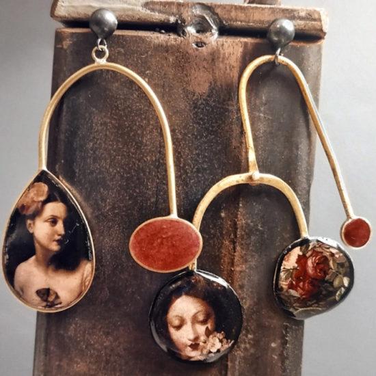 coppia di orecchini da donna pendenti con figure femminili stampate e resina