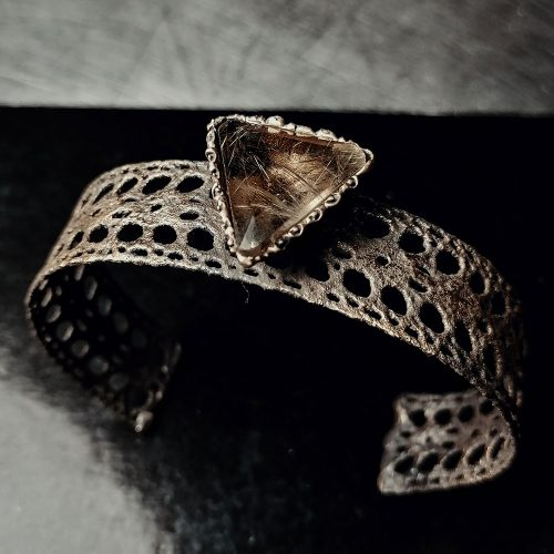 bracciale in ottone rigido tipo ricamo con pietra triangolare dura